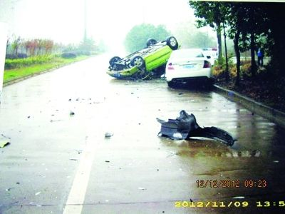 这次骗保有点失手,车翻了。通讯员崔军鸿 供图