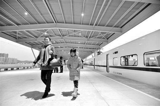 图为:空空的站台,一旁的车厢也空空的,这是武咸城铁常见的现象 (记者万多摄)