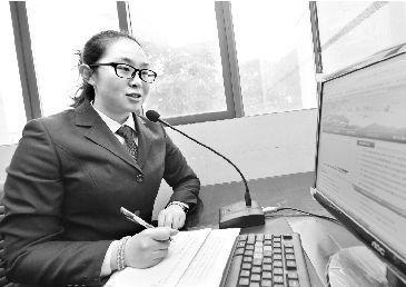 昨日,崔静坐在广播前,开始了一天的工作。记者 孙辰 摄