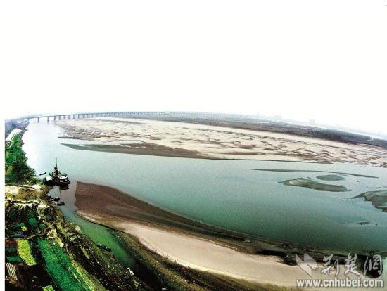 图为:天兴洲几乎与长江北岸连上。
