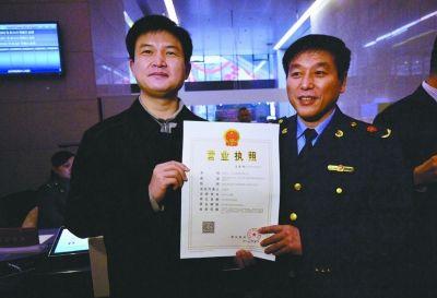 """""""湖北七一文化传播有限公司""""领到武汉首个新版内资企业营业执照。记者喻志勇 摄"""