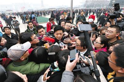 昨日,记者团团围住全国政协委员崔永元,采访转基因和雾霾等当下最热的问题。