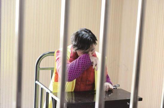 图为:接受讯问时刘某不停擦拭眼泪