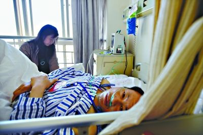 昨日下午,昆明市第一医院,来自湖北洪湖的李良武和赵德秀夫妇。3月1日晚李良武的右臂被砍伤,随后跑进一家超市避险 特派记者胡琴沁 摄
