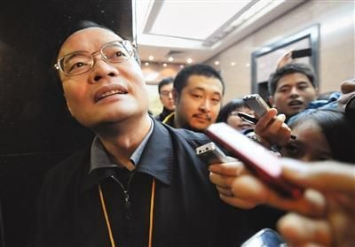 """东莞市长被追问扫黄和经济转型 连答3声""""嘿嘿"""""""
