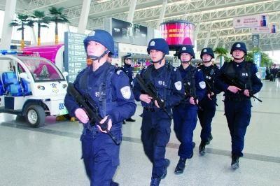 特警荷枪实弹在天河机场巡逻