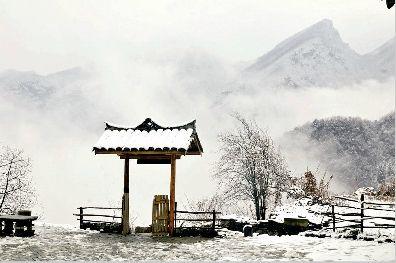 图为昨日上午的武当山西神道五老峰。