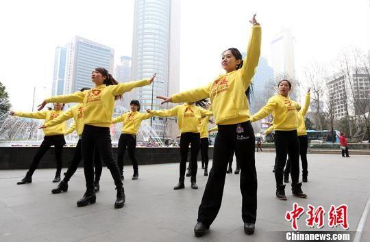 3月8日,美女大学生在街头跳舞。当日,一场快闪活动在南京新街口上演,大学生们舞动街头。泱波 摄