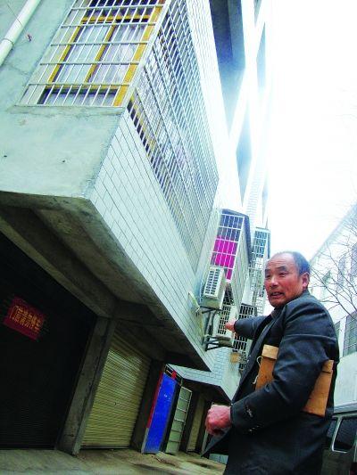 看着房产被强占,匡新国很痛苦。记者詹琦 摄