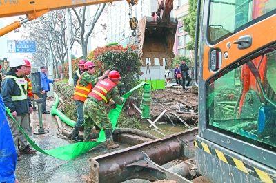 水务人员正在抢修破裂水管。实习生张岱江 记者杨涛 摄