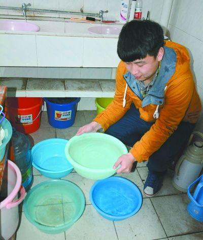昨天中午,武汉轻工业大学老校区寝室的男生用水盆水桶储备生活用水。 记者杨涛 实习生张岱江 摄
