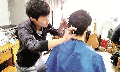 杨富勋为同学理发