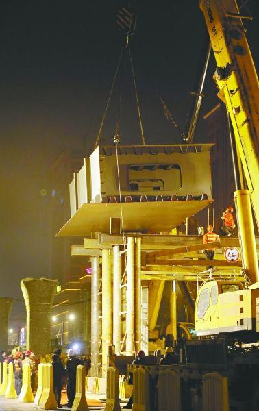 ▲昨夜今晨,雄楚大街改造工程的高架桥吊装首片钢箱梁 记者陈卓 摄 (信息来源:王鸿彬 程曦)