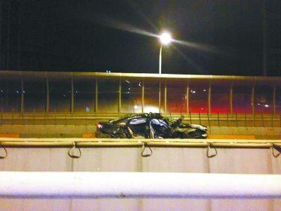 被撞损的轿车。报料人供图