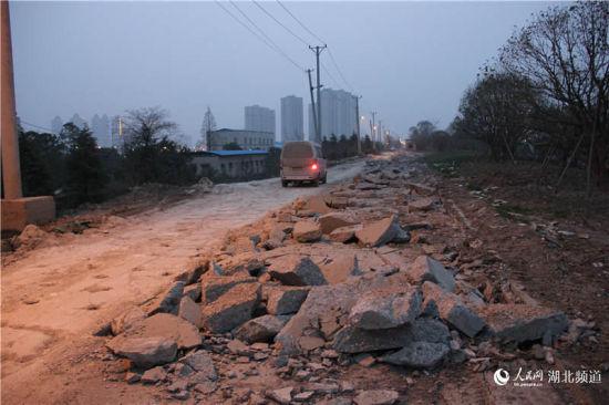 被挖毁的张公堤城市森林公园江岸区段路面