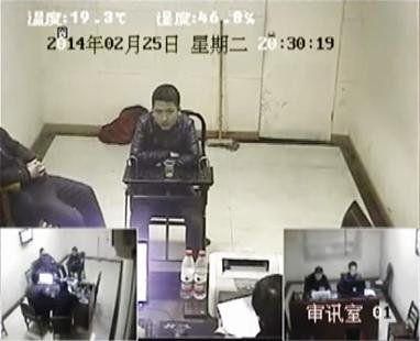 嫌疑人在审讯室接受讯问