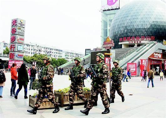 武警官兵在光谷步行街巡逻