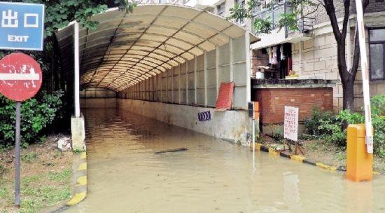 图为:业主提供的车库被淹照片