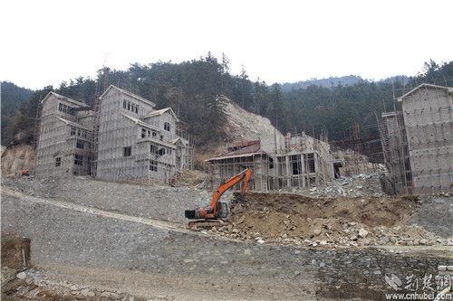 图为:山中在建的别墅群