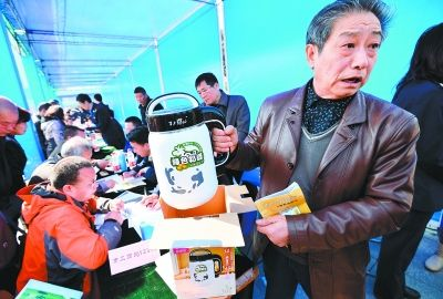 """昨天上午,市民吴明智说,去年12月在滨江饭店内的一个展会上买了一台标称""""妙妙电器制造厂""""生产的名为""""百谷粥场""""的豆浆机,用了两次就坏掉。但是凭收据找展商退换时,对方拒不见面,只能找工商投诉。记者喻志勇 摄"""