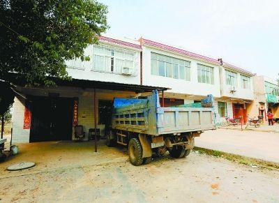 伤者郭某某家门前停着一辆货车。记者杨涛 实习生张岱江 摄