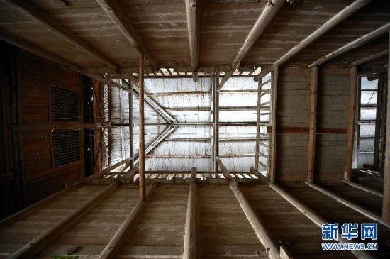 """这是仰拍的湖北省宣恩县珠山粮油购销公司1号粮仓的""""轿顶""""(3月13日摄)。"""