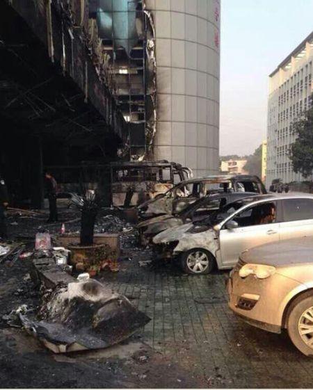图为:住宅大楼门前部分车辆被烧毁