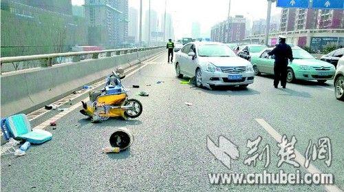 武汉环卫工清理垃圾时被轿车撞下十米高架桥身亡