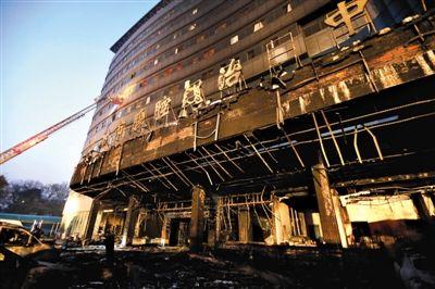 昨日清晨,灭火后的黄石市二医院住院楼外墙已被烧黑。