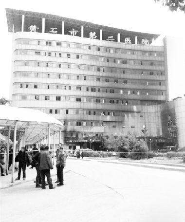 黄石市二医院住院部外墙被熏黑。图片来源于中新网