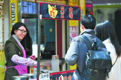 昨日,闫红平在小摊点上卖臭豆腐