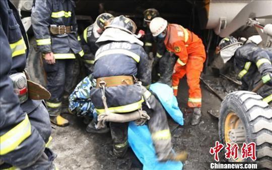 消防官兵抬出司机