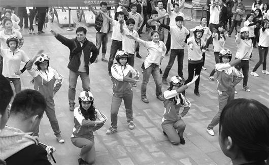 武昌20多名美女戴时尚头盔跳快闪舞