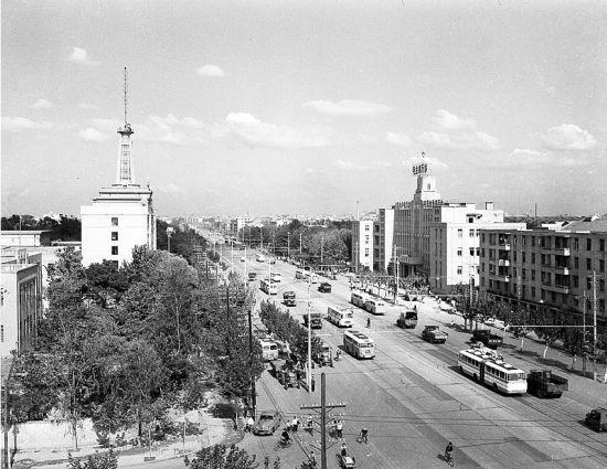 图为:1959年的汉口解放大道。(本报资料图片)