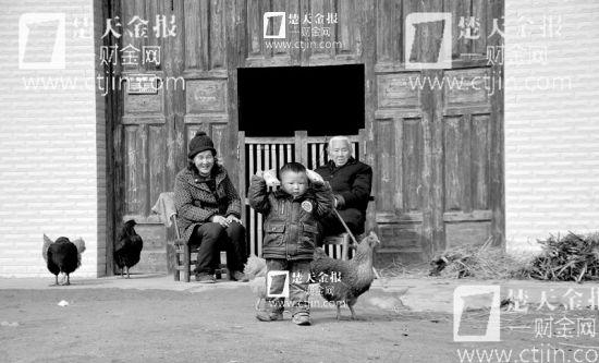 图为:村里留守的只有老人和学龄前的小孩
