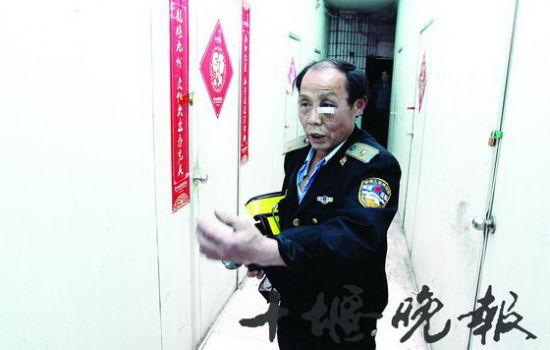 老张在事发地点描述当时抓贼的情形。