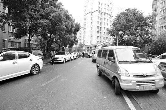 图为:如今,江城小区普遍出现的停车难题,让广大市民头疼 (记者宋双庆摄)