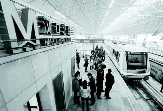 图为:10分钟,堤角跑到汉口北列车驶入位于黄陂区的汉口北站站台。 (记者 倪娜 摄)