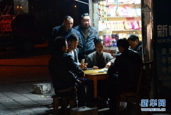 3月27日,地震过后,县城居民恢复正常生活秩序。新华社发