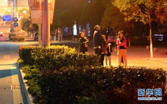 3月27日,地震发生后,县城居民来到户外。新华社发