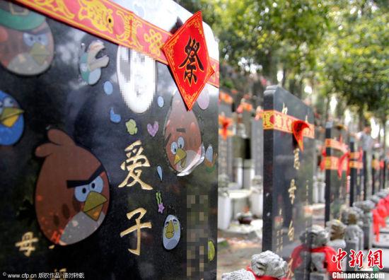 武汉一陵园现土豪金墓碑