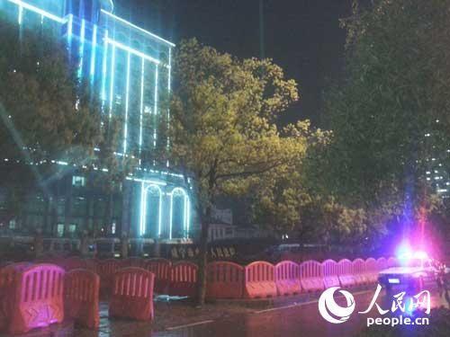咸宁市中级人民法院门口设置了临时防护栏。 李如胜摄影