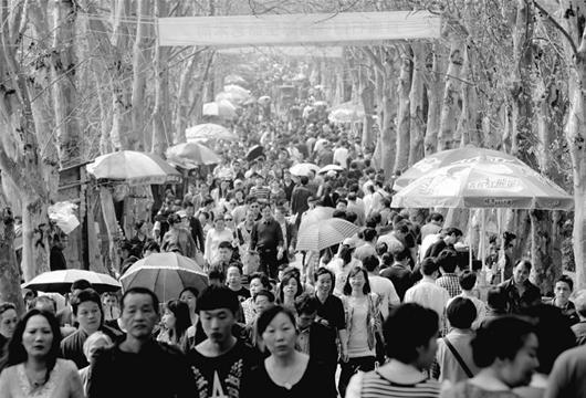 图为:庞大的祭祀人群,带来了许多商机 (记者罗丽娟摄)