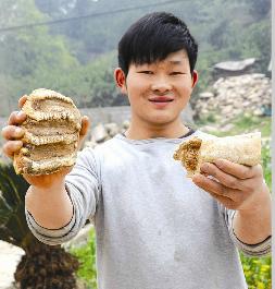 图为:孙军展示化石。