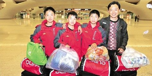图为:从左至右,王子谦、朱靖、吕茂锋、教练刘建军 记者魏铼摄