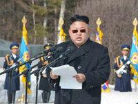 金正恩坐飞机照首次曝光 戴墨镜出席大会