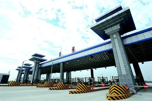 图为:武汉机场第二高速收费站已建成 (记者刘大家摄)