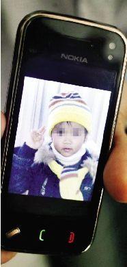 妈妈手机里小孝天的照片。 本报记者 原丽阳 摄