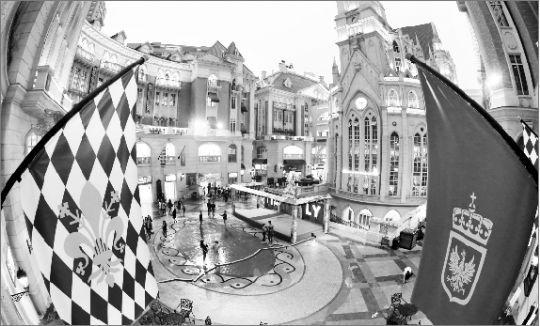 长江商报消息 昨日,光谷意大利风情街上,只有稀稀疏疏的顾客在这里逛。本报记者 王筝 摄