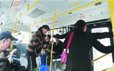 昨日,乘客在既没有座椅靠背扶手支撑,又摸不到车顶拉手的319路微循环公交车上乘车 记者刘斌 摄